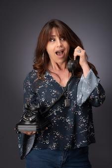 Vrouw praten aan de telefoon