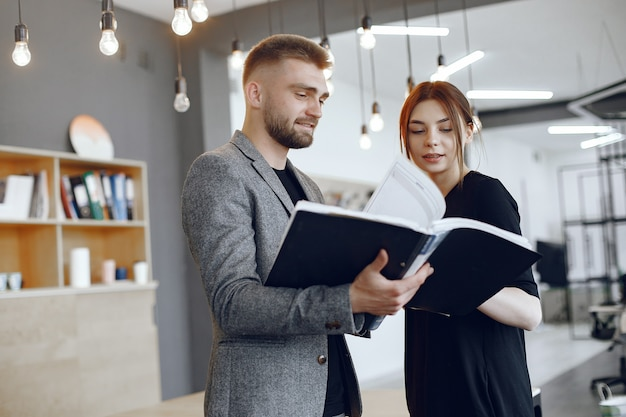 Vrouw praten met de directeur. zakenman met documenten. collega's werken samen