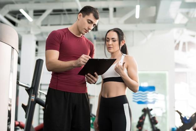 Vrouw praten met fitness coach