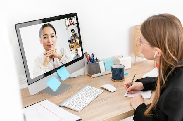 Vrouw praten met werknemer close-up