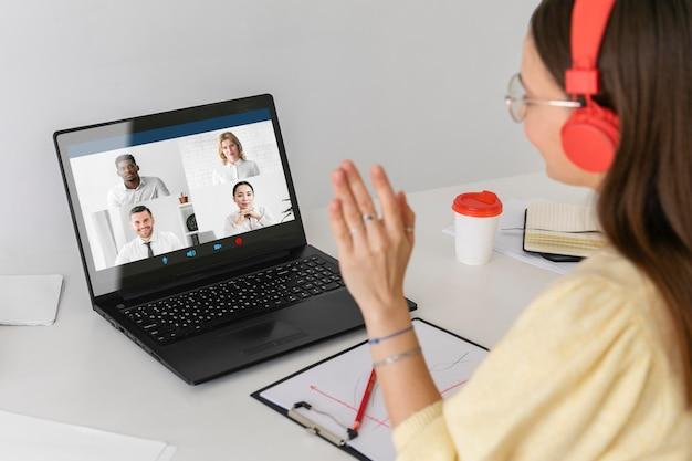 Vrouw praten met werknemers close-up