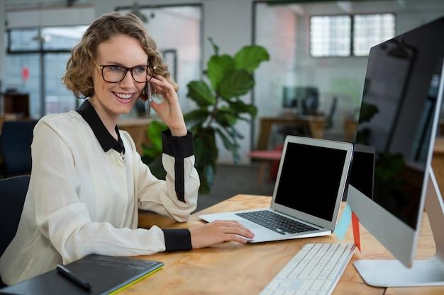 Vrouw praten op mobiele telefoon aan balie