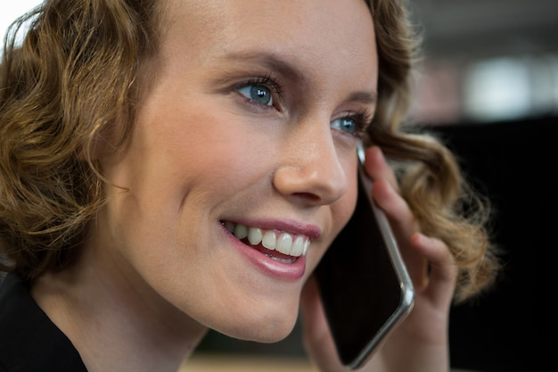 Vrouw praten op mobiele telefoon