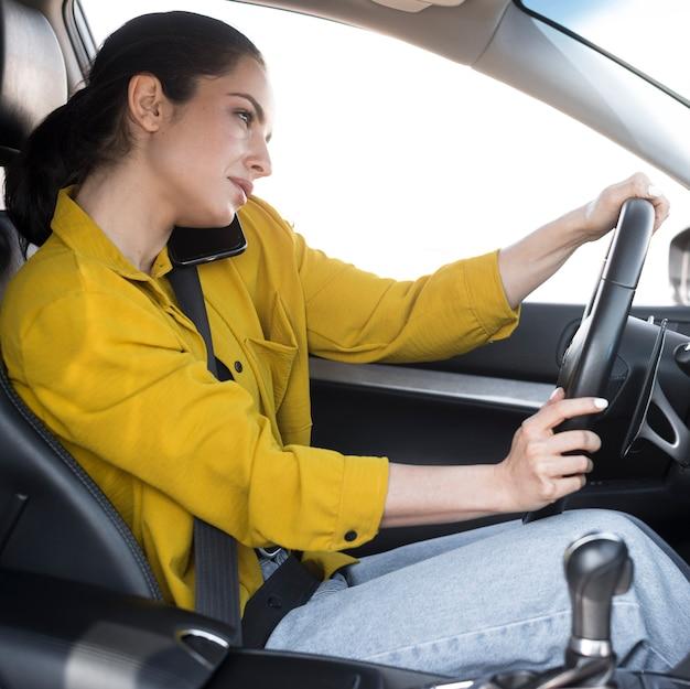 Vrouw praten over de telefoon en drives