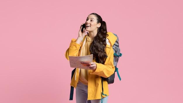 Vrouw praten over de telefoon tijdens het reizen