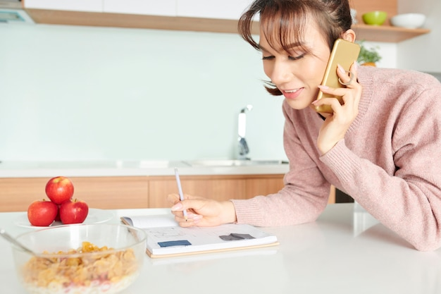 Vrouw praten over de telefoon