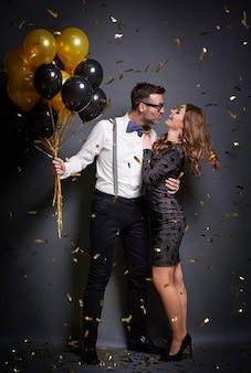 Vrouw probeert aantrekkelijke vrouw te kussen