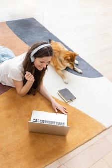 Vrouw probeert naast haar hond te werken
