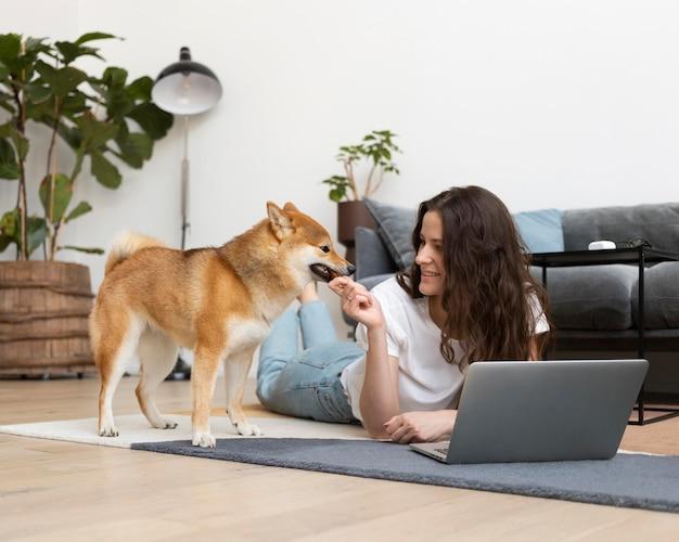 Vrouw probeert te werken met haar hond in de buurt work