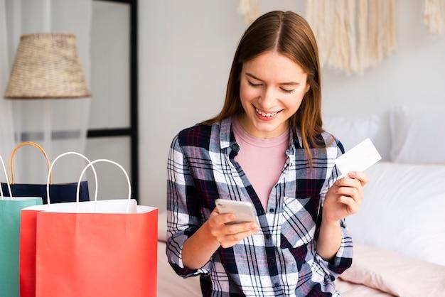 Vrouw producten online kopen met behulp van haar creditcard
