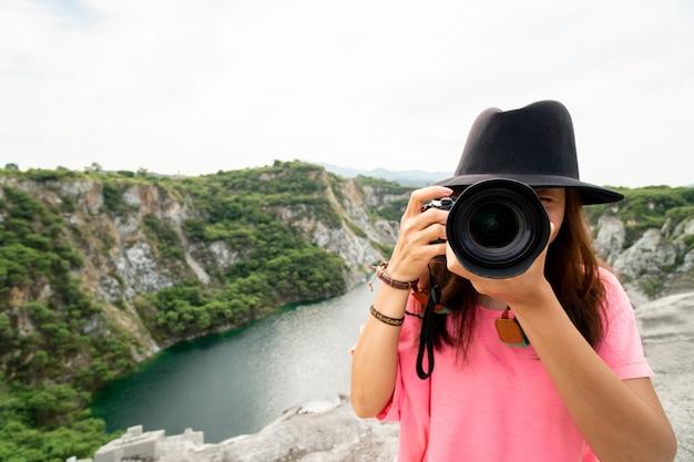 Vrouw professionele fotograaf maakt natuurfoto