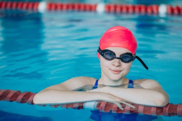 Vrouw professionele zwemmer in zwembad