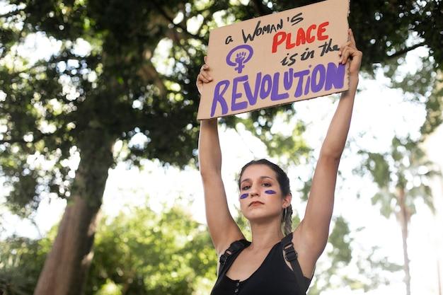 Vrouw protesteert voor haar rechten met kopieerruimte