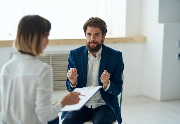 Vrouw psycholoog op alle professionele diagnostiek overleg