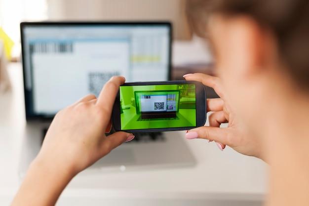 Vrouw qr-code scannen om rekeningen te betalen