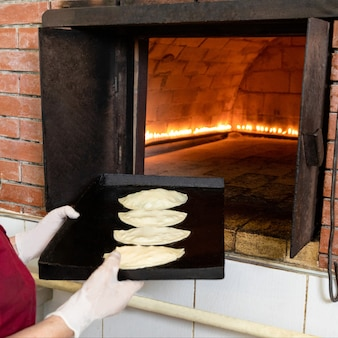 Vrouw qutab maaltijd om de oven te zetten