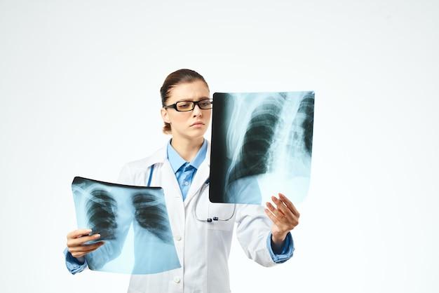 Vrouw radioloog xrays onderzoek professionals diagnostiek