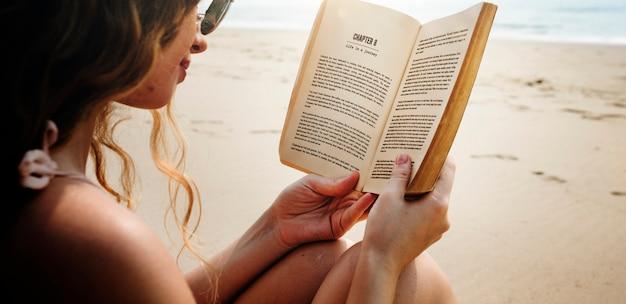 Vrouw reading book shore concept