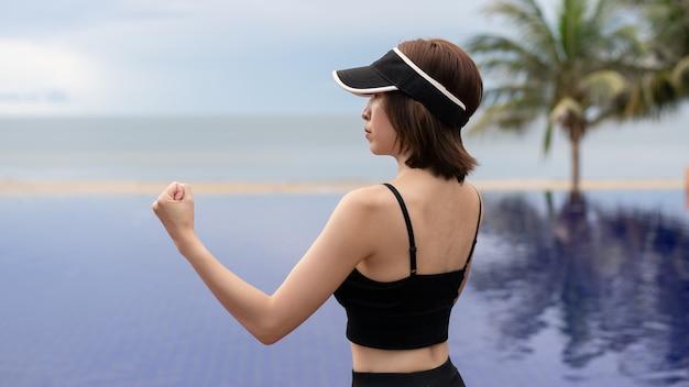 Vrouw rechte stoot bij het zwembad in de ochtend.