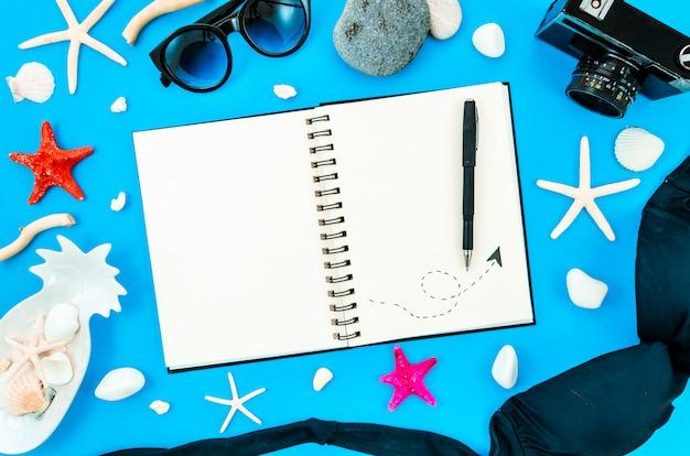 Vrouw reisdagboek kopie ruimte voor tekst