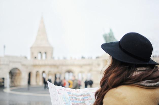 Vrouw reist alleen. meisje kijkt naar de kaart om de weg te vinden. reis naar het buitenland.