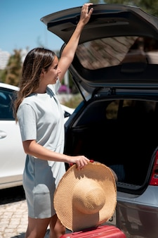 Vrouw reist met haar auto