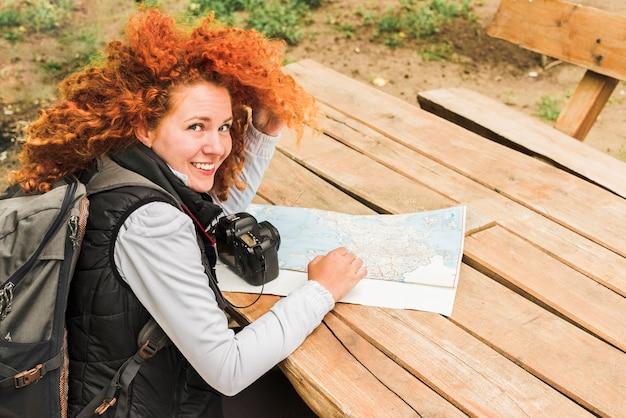 Vrouw reist rond de wereld