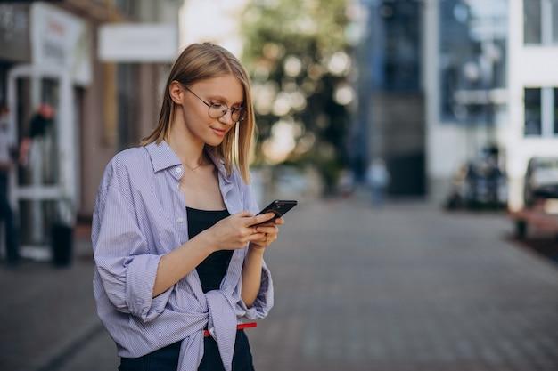 Vrouw reizen, en met behulp van telefoon