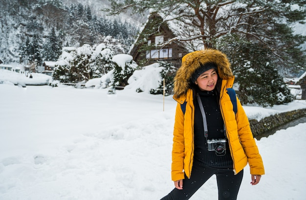 Vrouw reizen in japan., winter portret van jonge aziatische mooie vrouw in de sneeuw. sneeuwend de manierconcept van de de winterschoonheid in japan.