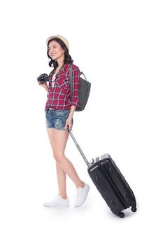Vrouw reizen. jonge mooie aziatische vrouwenreiziger met koffer en camera op witte achtergrond