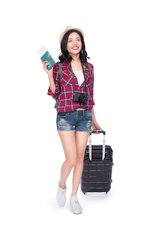 Vrouw reizen. jonge mooie aziatische vrouwenreiziger met koffer en paspoort op witte achtergrond