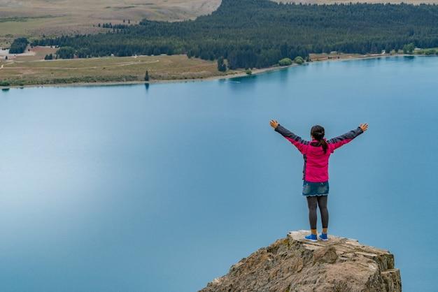 Vrouw reiziger bij lake tekapo, nieuw-zeeland