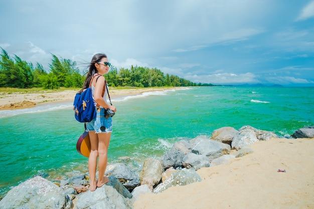 Vrouw reiziger hebben een gelukkige tijd op het strand aan zee op vakantie.
