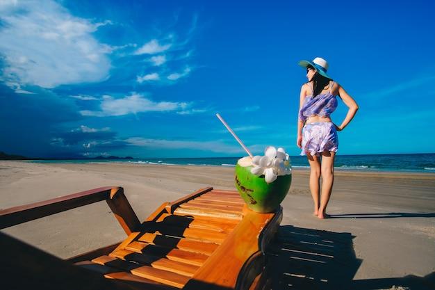 Vrouw reiziger in sexy zwemmen pak staande op het strand