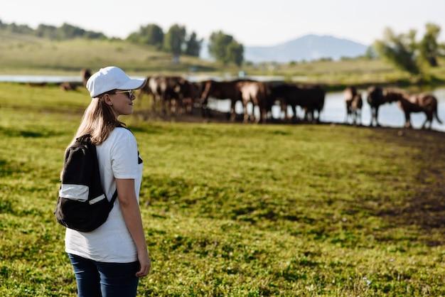 Vrouw reiziger met een rugzak wandelen in de bergen met een mooie zomerse landschap
