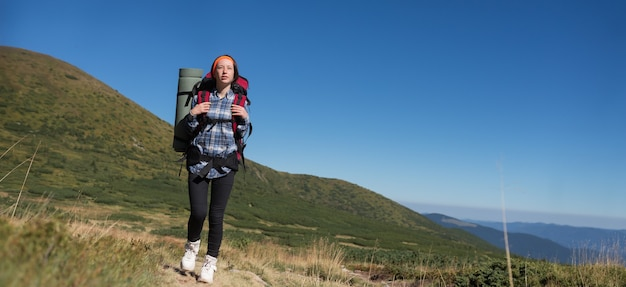 Vrouw reiziger met rugzak, alpinisme reis