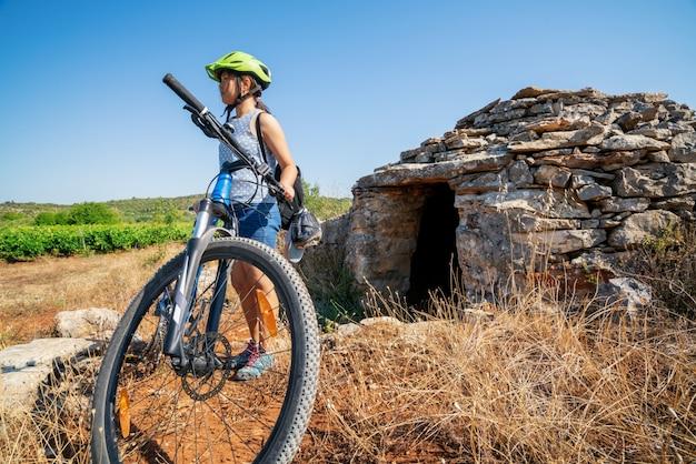 Vrouw reiziger rit fiets in hvar, kroatië.