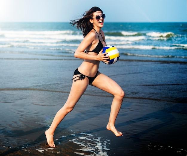 Vrouw rent op het strand