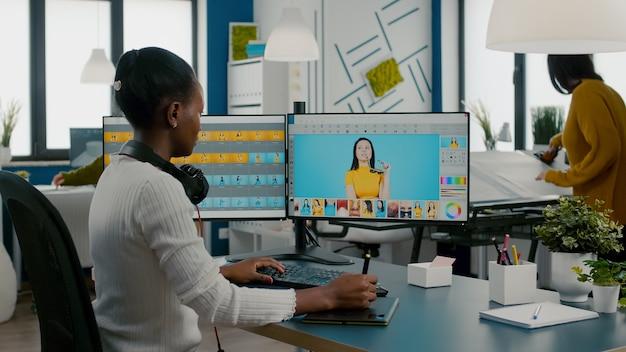Vrouw retoucher zitten in moderne creatieve fotostudio werken op computer na fotoshoot photo