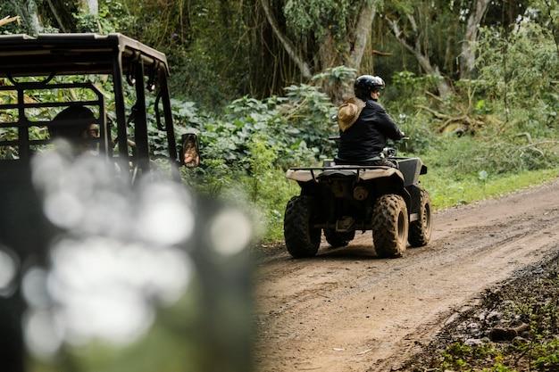 Vrouw rijden atv in hawaï