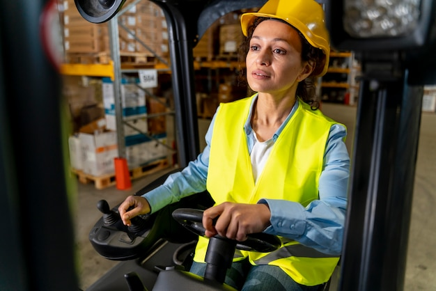 Vrouw rijden magazijn laadmachine