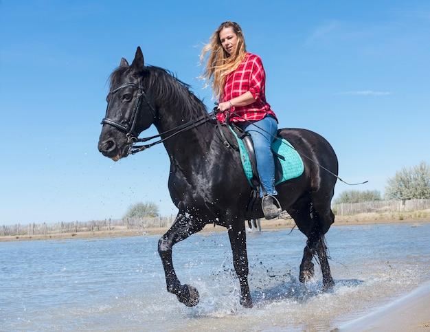 Vrouw rijden op het strand