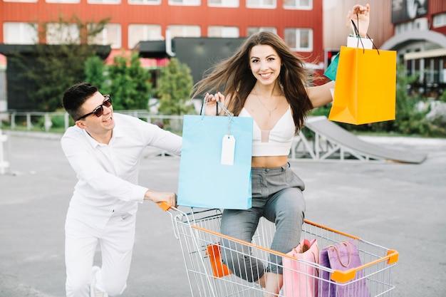 Vrouw rijden winkelwagentje