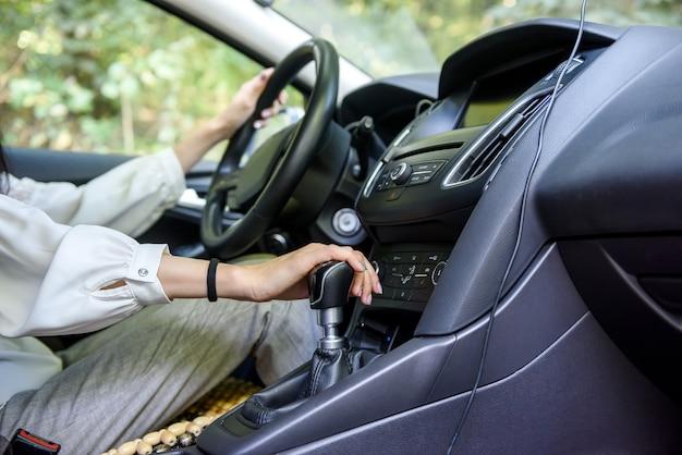 Vrouw rijdende auto met stuurwiel. vrouwelijke bestuurder in auto