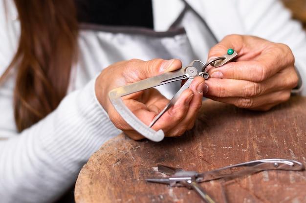 Vrouw ring maken