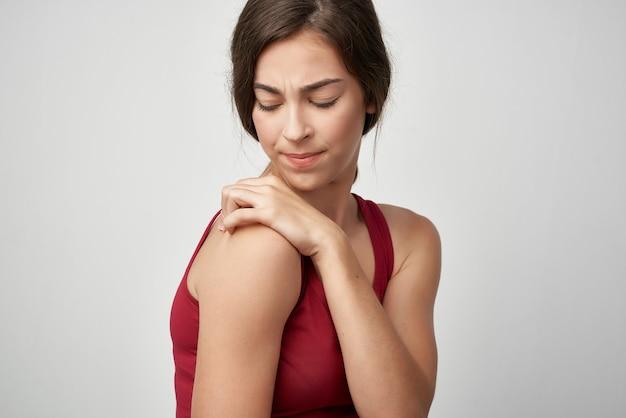 Vrouw rode tshirt gezondheidsproblemen gewrichtspijn geneeskunde traumatologie