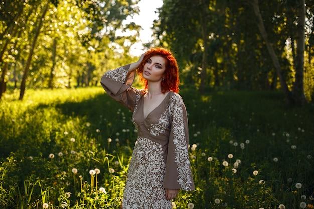 Vrouw rond paardebloemen in de zomer