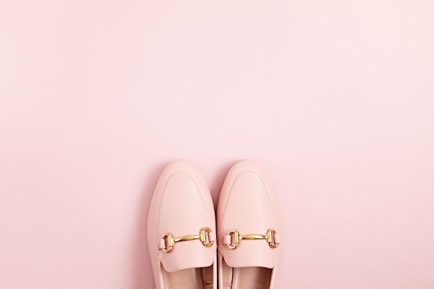 Vrouw roze schoenen over pastel achtergrond