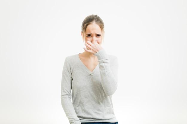 Vrouw ruikt iets slechts