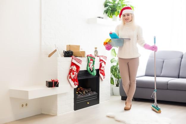 Vrouw ruimt kamer op na nieuwjaarsfeest